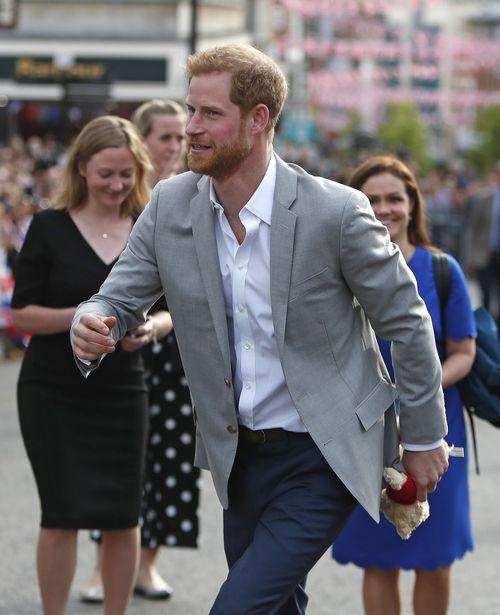 Un príncipe Harry sonriente, simpático y lleno de energía llegó a recibir el público esta tarde en Windsor. (AP Photo/Alastair Grant)