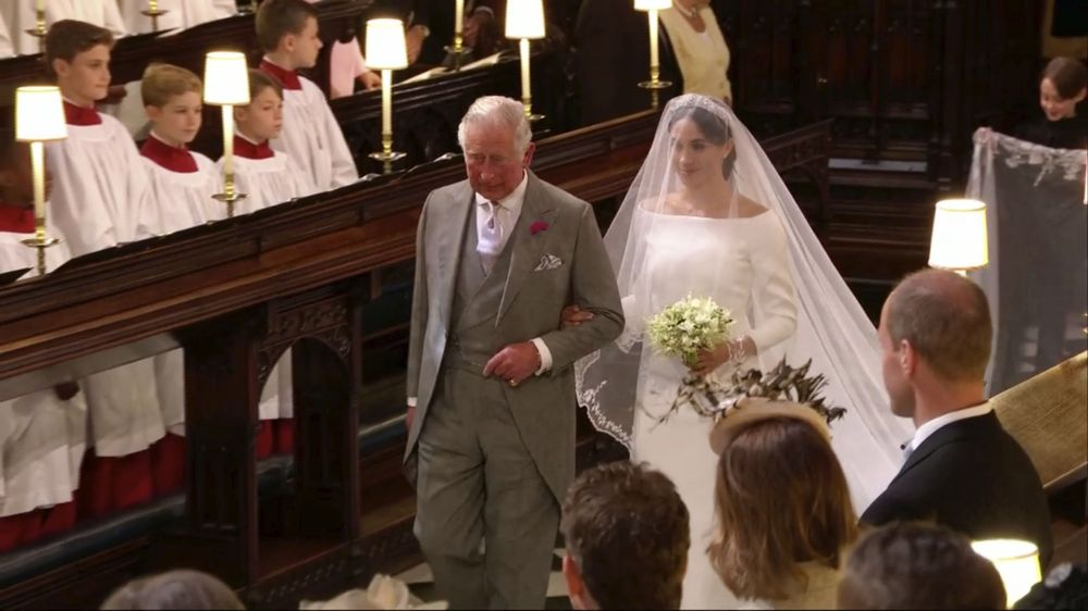 Como anticipado, el futuro rey de Inglaterra, príncipe carlos, la escoltó hacia el altar. (UK Pool/Sky News via AP)