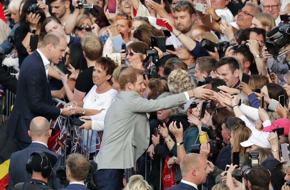 Dio la mano a muchos de sus seguidores y hasta recibió un peluche. (AP Photo/Frank Augstein)