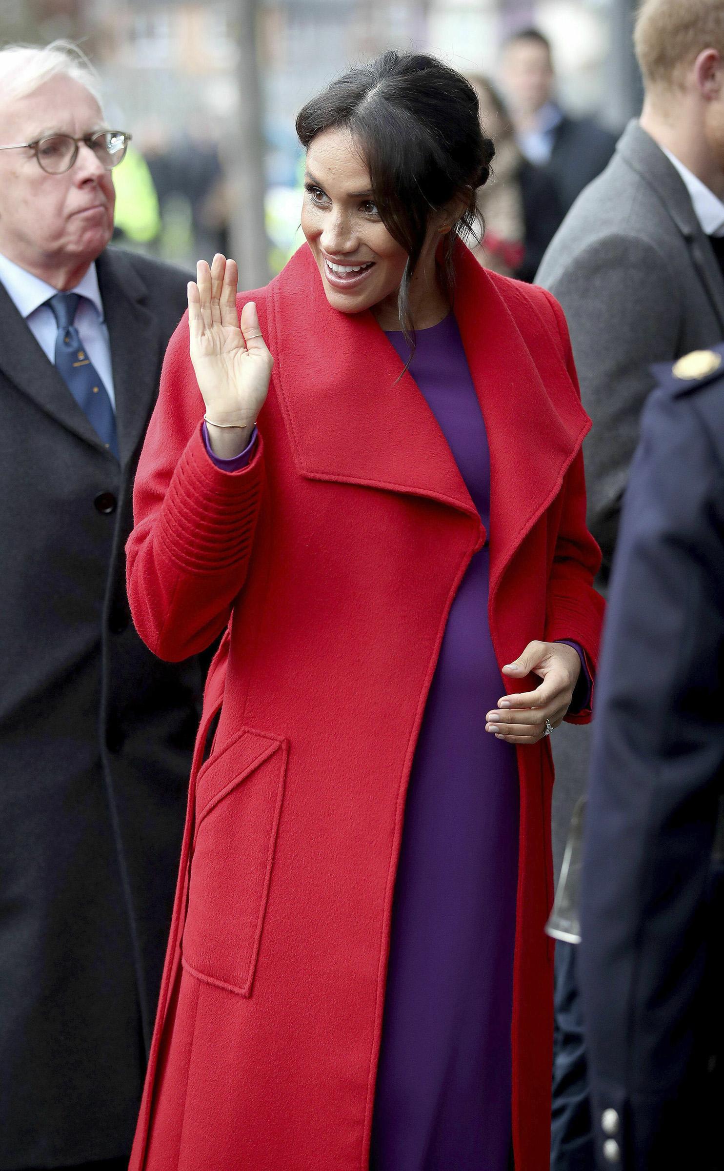 El 14 de enero durante una visita a entidades sin fines de lucro en Birkenhead, Reino Unido, lució un conjunto que combinaba los colores rojo y morado hizo que muchos recordaran que esa era una de las favoritas de su suegra, la fenecida princesa Diana. (Archivo)
