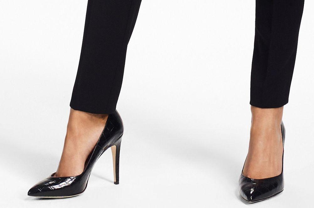 """El zapato tipo """"pump"""" es uno de los preferidos para el trabajo, pues lo mismo quedan bien con una falda, un pantalón, un vestido o un mahón. Los tonos neutrales tienden a ser más versátiles. (Foto: WGSN)"""