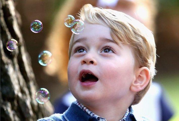 El príncipe muestra estar anodadado  ante la cantidad de burbujas que lo rodean en una fiesta para niños llevada a acabo en Victoria. (Instagram /@kensingtonroyal)