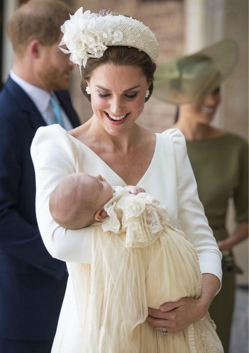 Kate, duquesa de Cambridge, carga al príncipe Louis al llegar a su bautizo en la Capilla Real del Palacio de Saint James, en Londres. (Foto: AP)