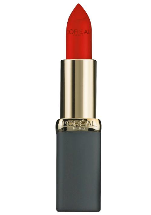 Un lápiz labial rojo o borgoña, para esos momentos en los que quieres destacar tus labios. Busca el color que mejor se ajuste a tu tono de piel, sugiere el maquillista Charlie Vázquez.