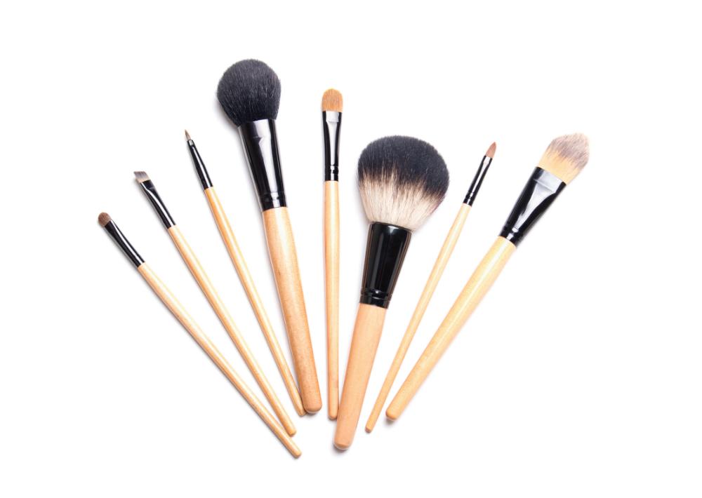 """Un buen """"kit' de brochas. Son las herramientas que te permitirán que la aplicación de los pigmentos sea la ideal y que puedas difuminar bien cada producto. Esto te garantiza quedar bella en las fotos que seguramente subirás a las redes sociales."""