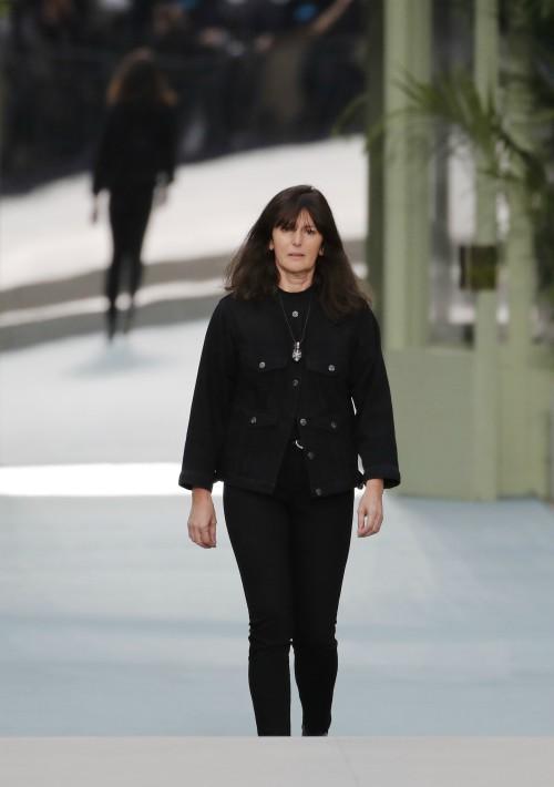 Viard salió a saludar aún vestida de negro, en señal de luto. (AP)