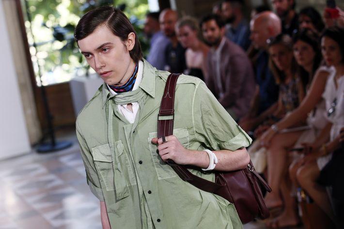 Los bolsos para hombres fueron los accesorios más vistos en el desfile.