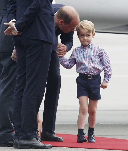Cuando la familia real británico tocó suelo en polonia, el príncipe George parecía no estar de humor para comenzar la visita de Estado. (Prensa Asociada)