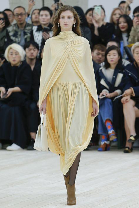 Con un aire más etéreo, otras casas de moda como Balmain, Celine, Dennis Basso, Vionnet y Gareth Pugh llevaron el drapeado en telas muy finas y transparentes.