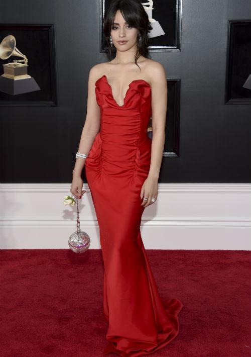 Camila Cabello optó por un traje rojo estilo sirena, de Vivienne Westwood. Aunque el color le lucía muy bien y la silueta del vestido enmarcaba sus curvas, había algo en el área del busto parecía no acomodarse bien. (Foto: AP)