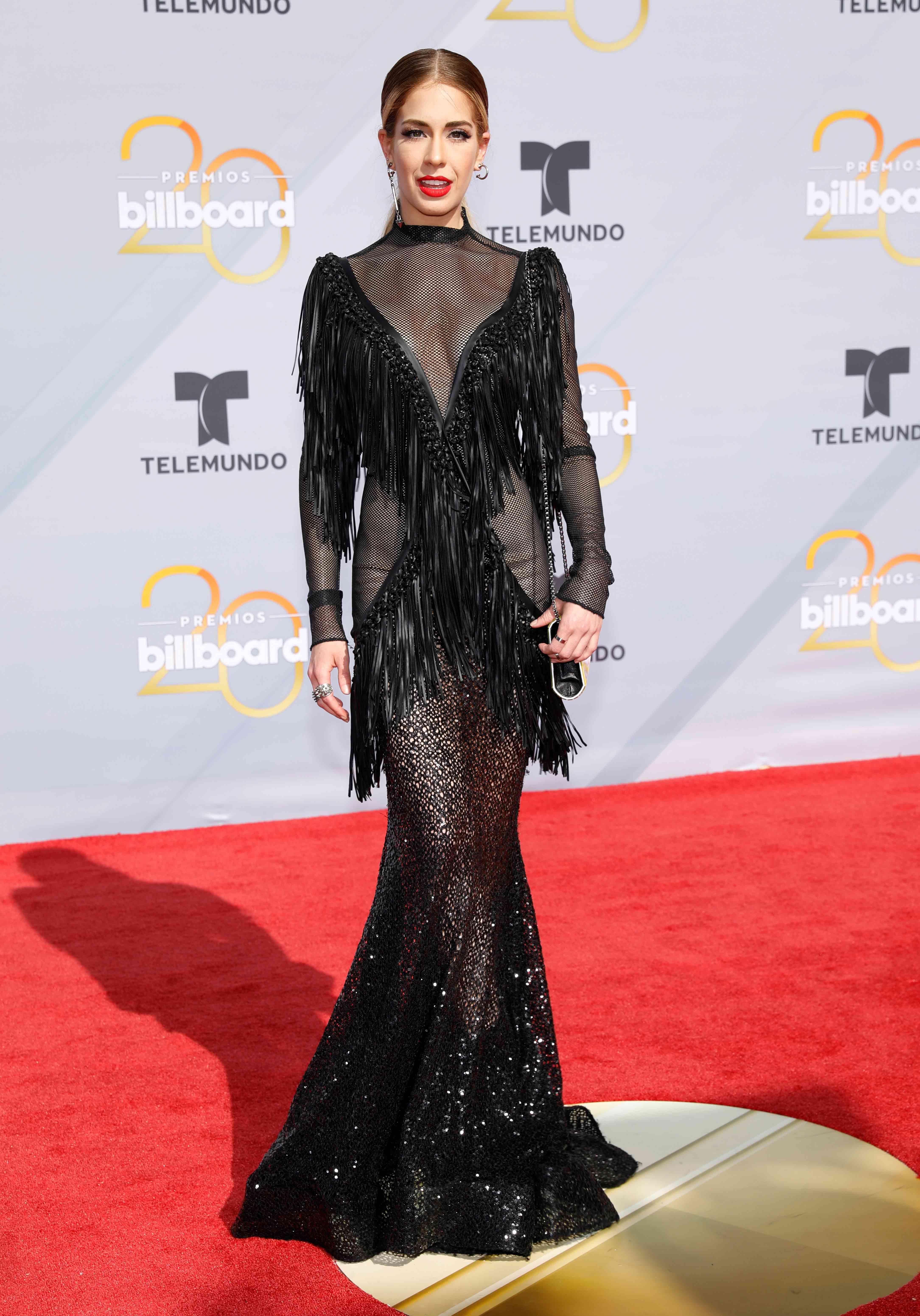 La actriz mexicana Carmen Aub optó por un vestido de Michael Costello que se destacó por reveladoras transparencias en negro para deslumbrar en la entrega de los Premios Billboard. (Foto:AP)