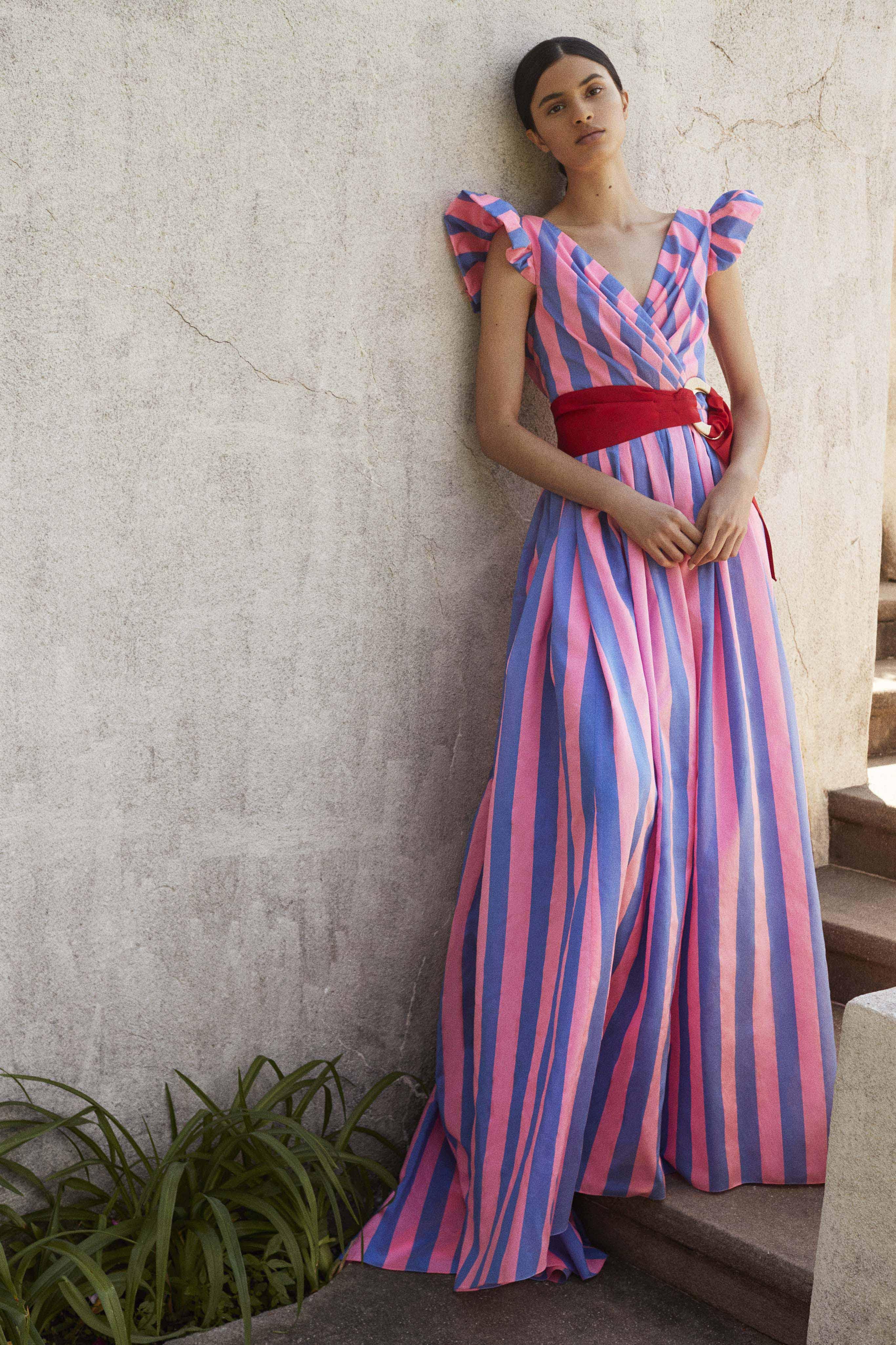A tono, esta apuesta de Carolina Herrera complementa las rayas con un cinto que entalla el vestido a la cintura. Foto: WGSN.