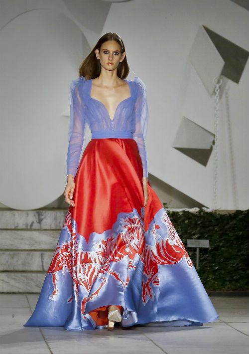 """Carolina Herrera cree que la moda es """"arte en movimiento"""", así que, naturalmente, uno de sus lugares predilectos para mostrar su ropa es un museo. (AP)"""