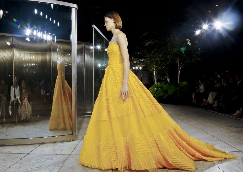 La diseñadora venezolana ha presentado colecciones en el imponente patio del Frick Collection, y esta Semana de la Moda lo hizo en el jardín de las esculturas del Museo de Arte Moderno (MoMA).  (AP)
