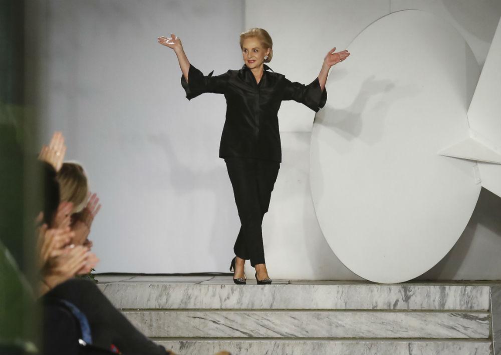 La diseñadora, sin embargo, evitó su usual camisa de botones en favor de un conjunto negro. (AP)