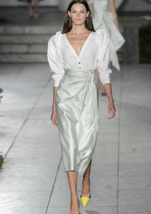 La emblemática camisa blanca de Herrera también hizo una aparición en la pasarela, esta vez con un profundo cuello en V, mangas dramáticas y una falda envolvente. (AP)