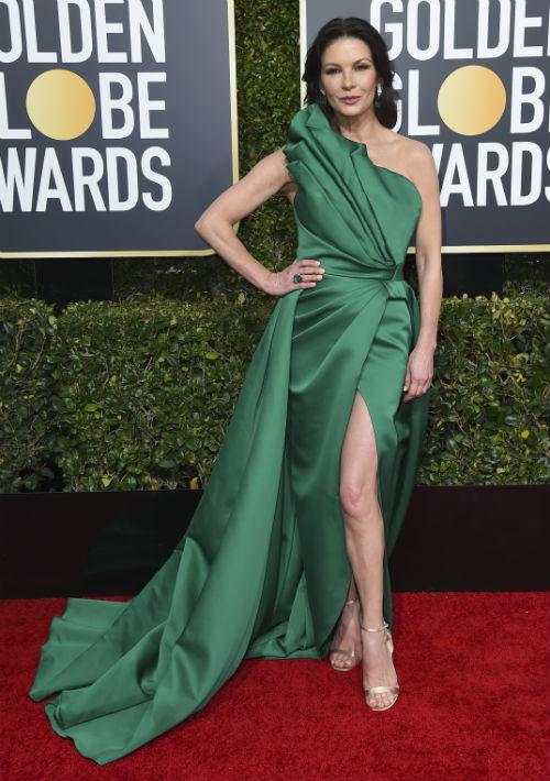 La actriz Catherine Zeta Jones con vestido asimétrico verde esmeralda  de Elie Saab. (Foto:AP)