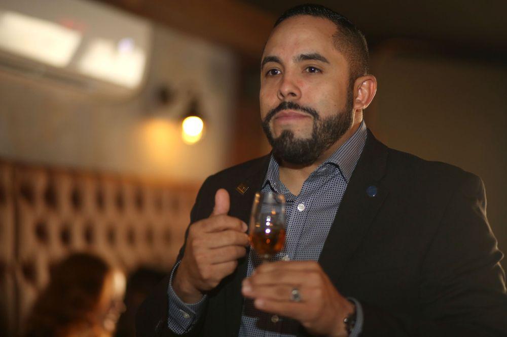 Ariel Rosario lideró la cata de Woodford Reserve en Bar La Unidad. Foto José R. Pérez Centeno