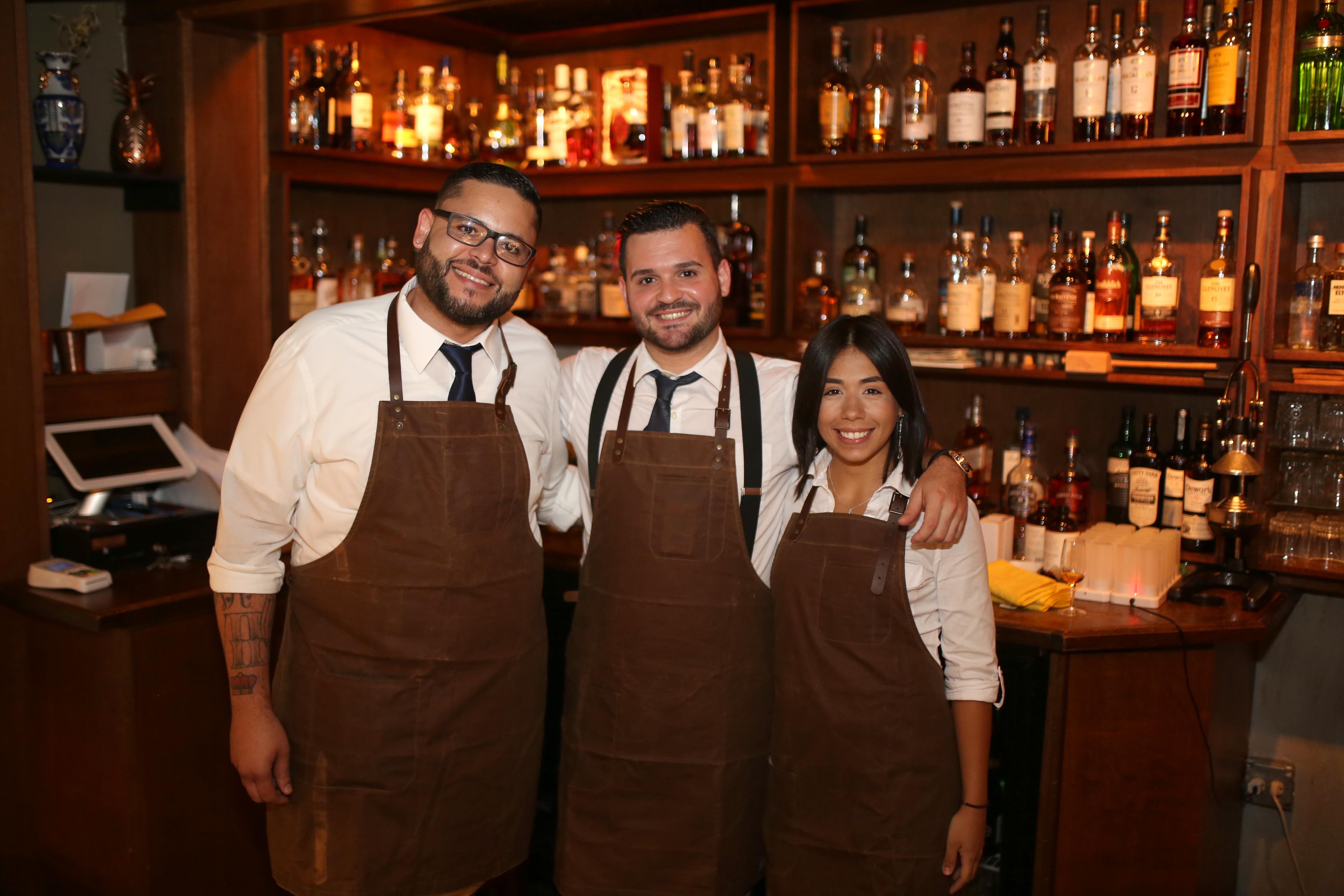 Edrick Colón, Stephen Alonso e Isabel Aymeric, del Bar La Unidad, quienes tuvieron a su cargo la elaboración de los exquisitos tragos. Foto José R. Pérez Centeno