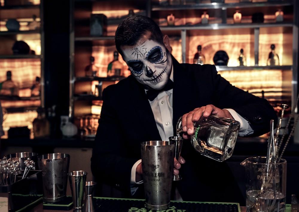 """Carlos García, embajador de Tequila Patrón prepara el trago más solicitado """"El Diablo"""". (Foto: Suministrada)"""