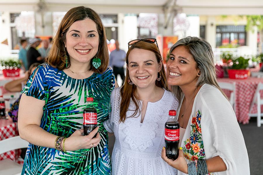 La Directora del Grupo Guayacán junto a parte de la familia Guayacán, con la botella personalizada. (Suministrada)