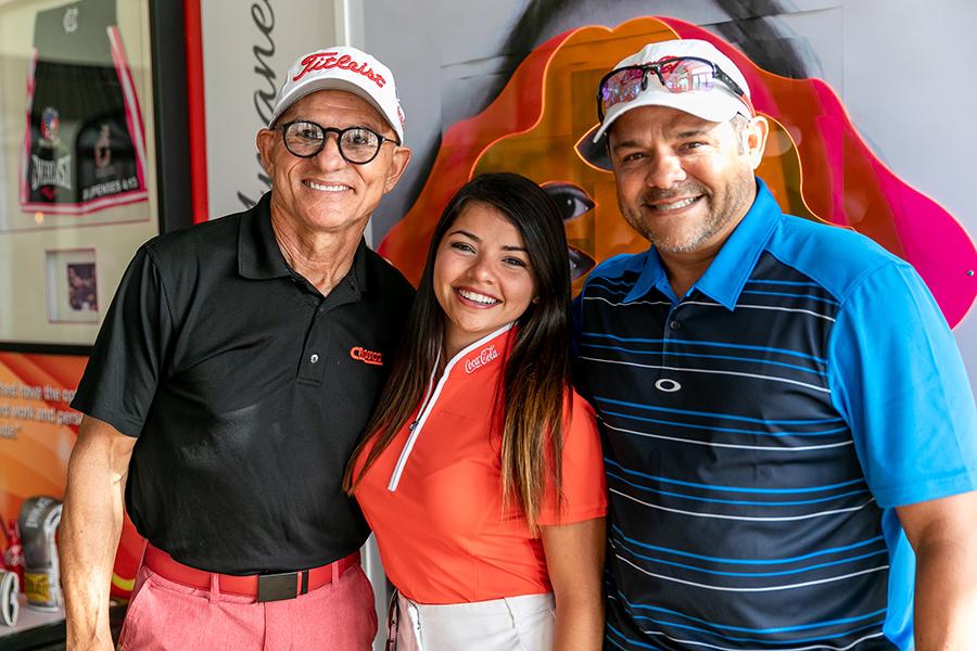 Douglas Candelario, Adriana Colón y representante del equipo de Guaraguao. (Suministrada)