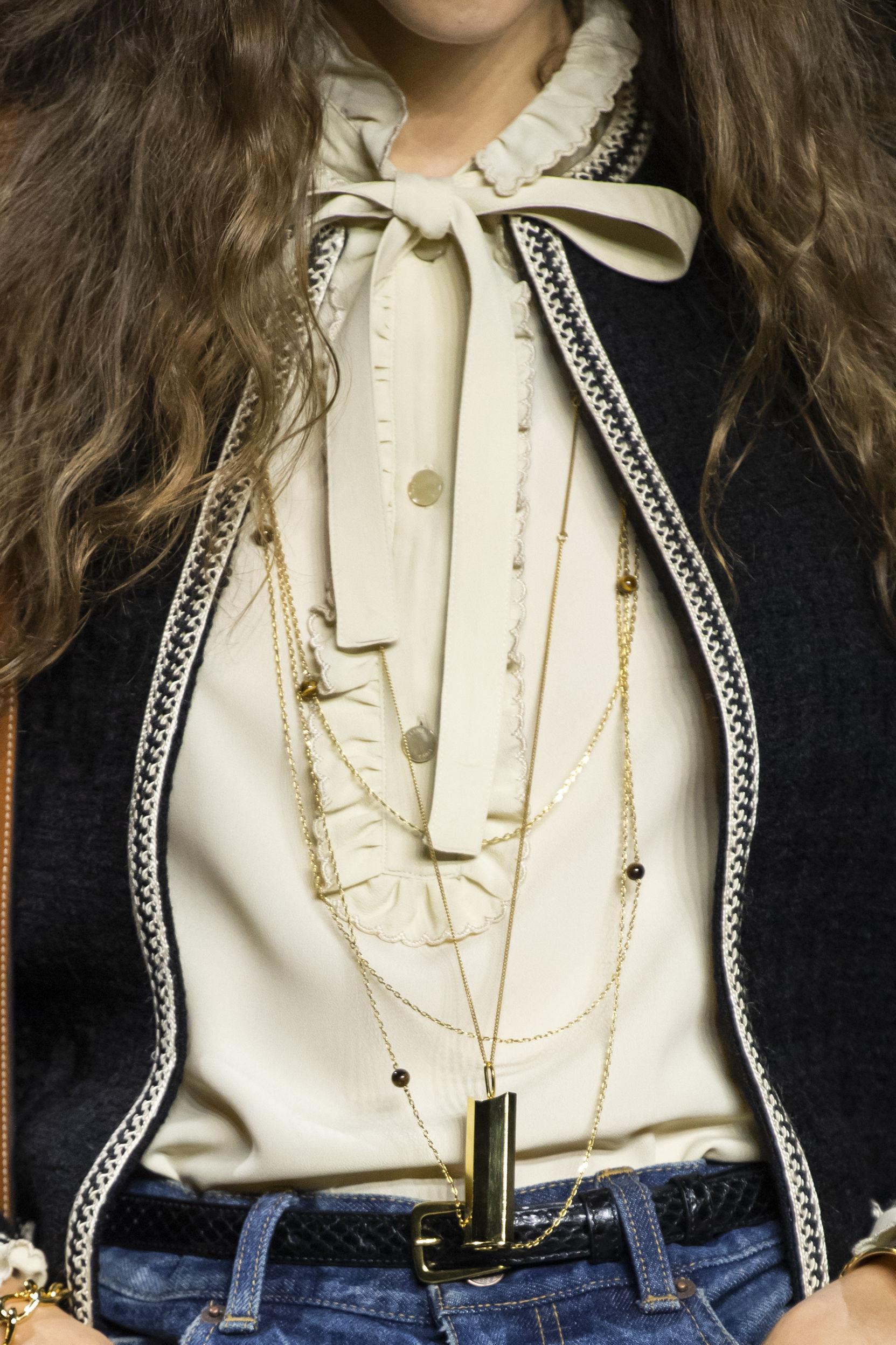 No te conformes con llevar un solo collar o cadena, mezcla varios de diversos estilos y tonalidades para que te veas moderna y distinta. La clave está en que sea más o menos del mismo tamaño, de manera que predomine la armonía. (WGSN)