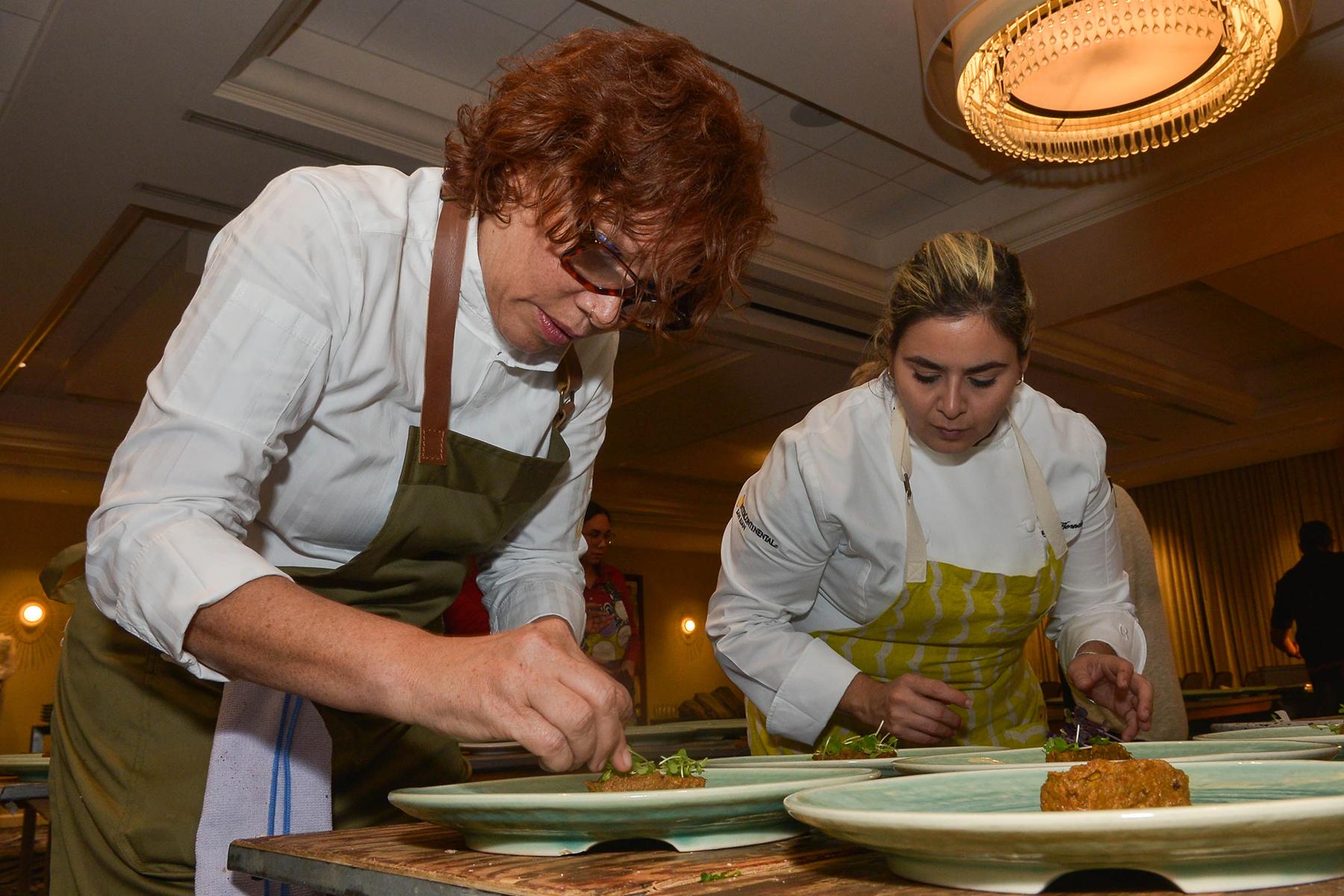 La chef Leonor Espinosa junto a la chef Mayra Alejandra Hernández. (Enid M. Salgado Mercado)