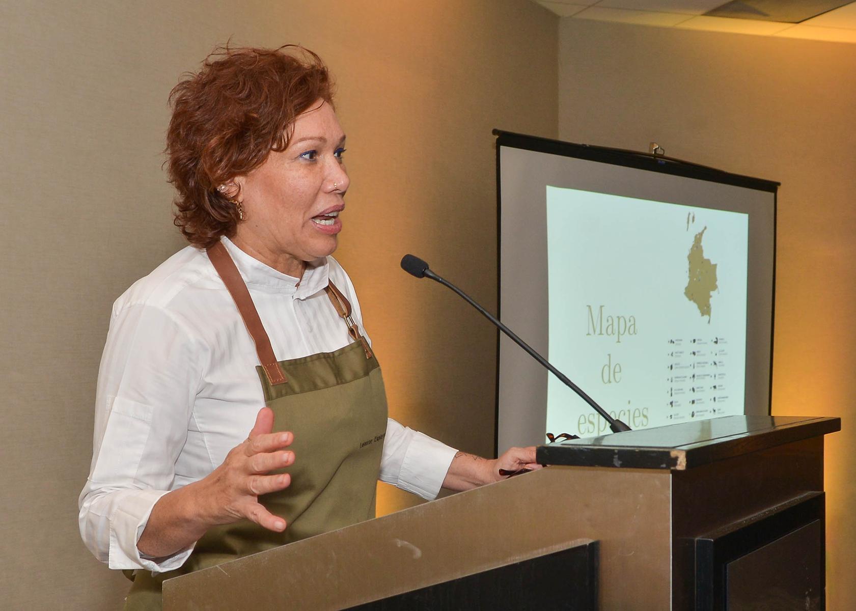 La reconocida chef colombiana, Leonor Espinosa, se dirige a a los invitados. (Enid M. Salgado Mercado)