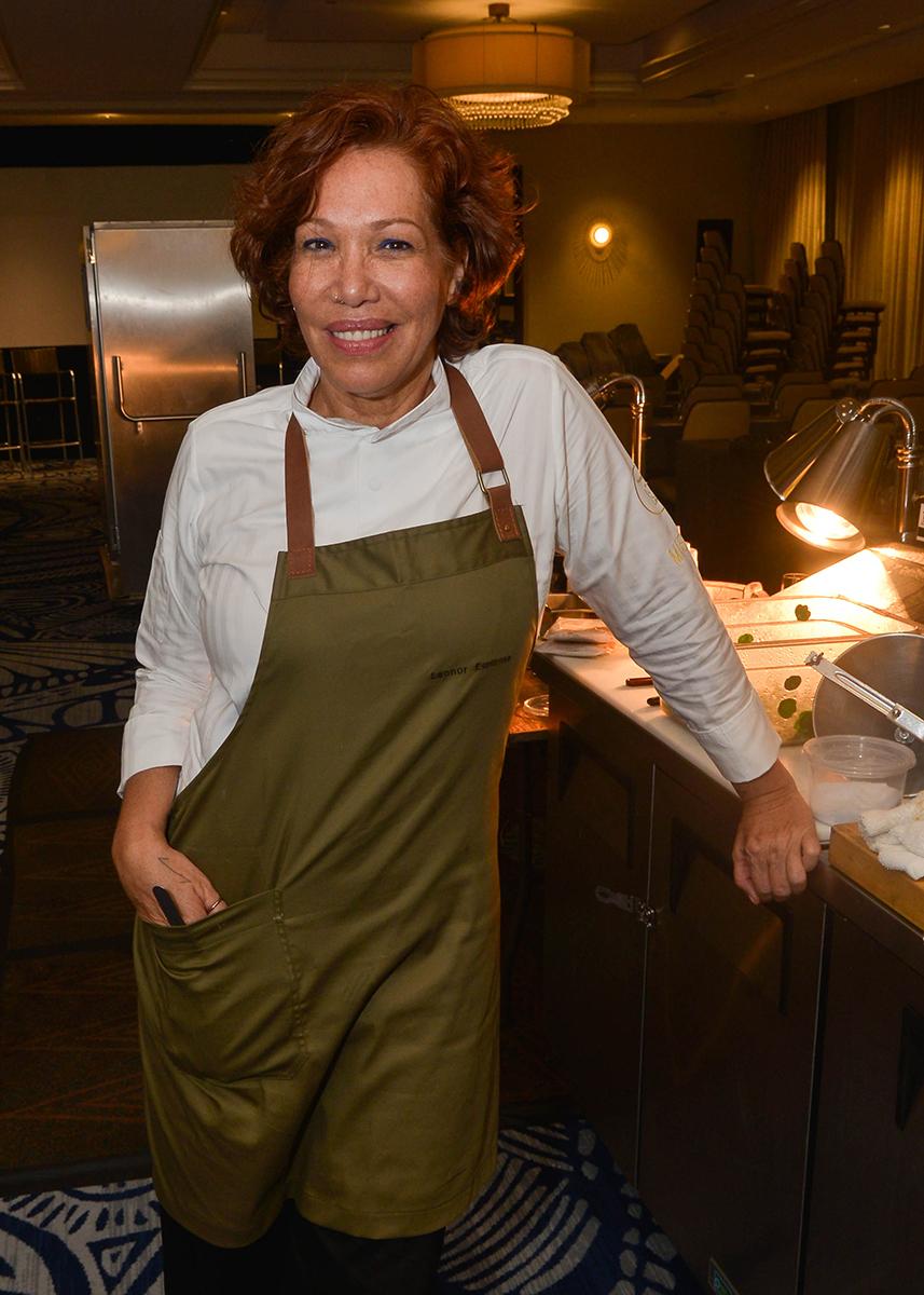 """Leonor Espinosa, reconocida chef colombiana, durante la cena que preparó en """"Noche de Sabores"""" a beneficio de la Asociación de Intercambio Cultura y de la Escuela Monteclaro de Artes Culinarias. (Enid M. Salgado Mercado)"""