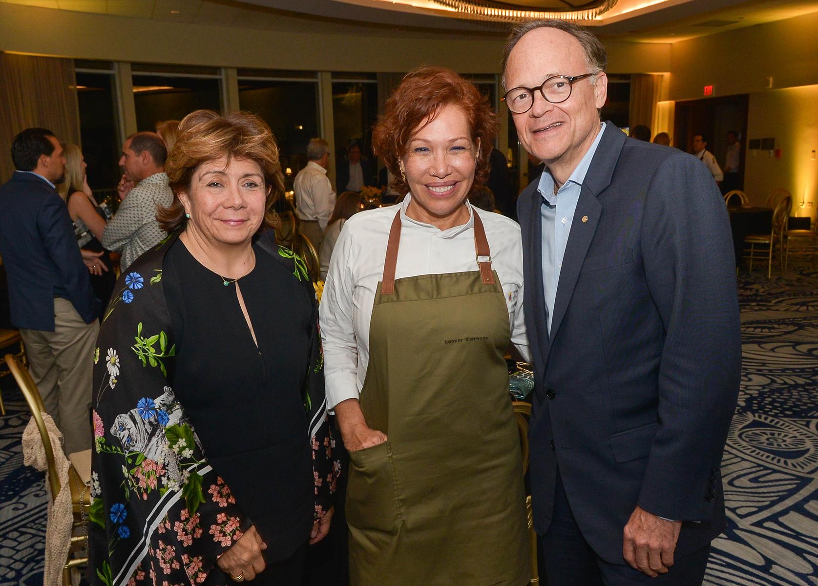 Claudia Flores, presidenta de la Asociación de Intercambio Cultural, chef Leonor Espinosa y Herrmann, gerente general del hotel Intercontinental. (Enid M. Salgado Mercado)