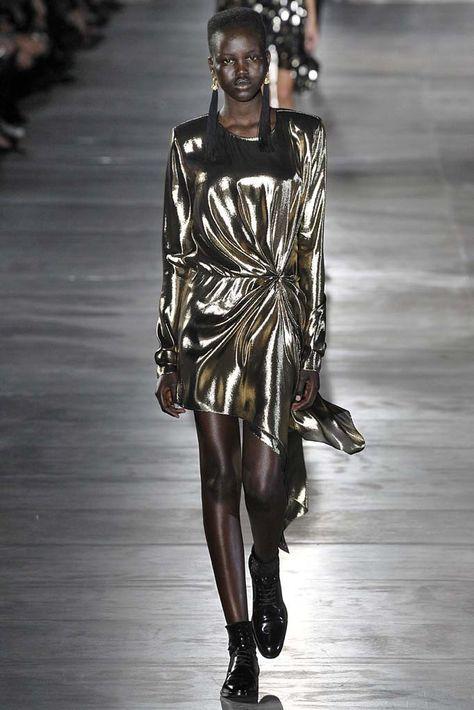 Anthony Vaccarello en su estreno como director creativo de la firma Saint Laurent, seleccionó textiles más gruesos con acabado metálico para hacer el drapeado con un aire más atrevido y sensual.