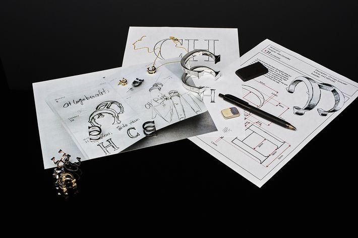 Tomando como punto de partida las letras C H -seña de identidad de la casa Carolina Herrera- se erige un nuevo emblema en el que se ha querido fusionar diseño y arte, y que se aplicará a distintas líneas de colecciones.
