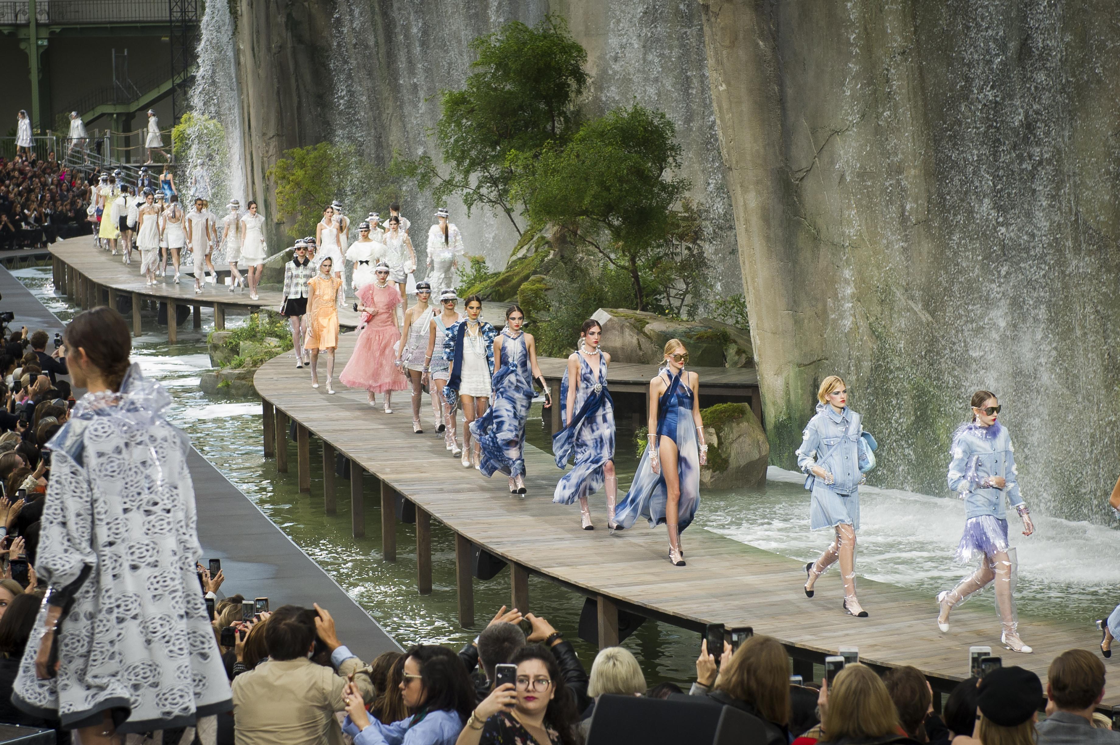 """7 Days Out – Se trata de un documental de siete episodios que sigue narra diversos eventos importantes en el mundo de los deportes, la moda y la gastronomía. En uno de ellos, titulado """"Chanel Haute Couture Fashion Show"""", el entonces director de arte de Chanel, Karl Lagerfeld, le mostró al mundo lo que pasó tras bastidores en el desfile de alta costura que presentó la casa de moda para la primavera-verano 2018. (WGSN)"""