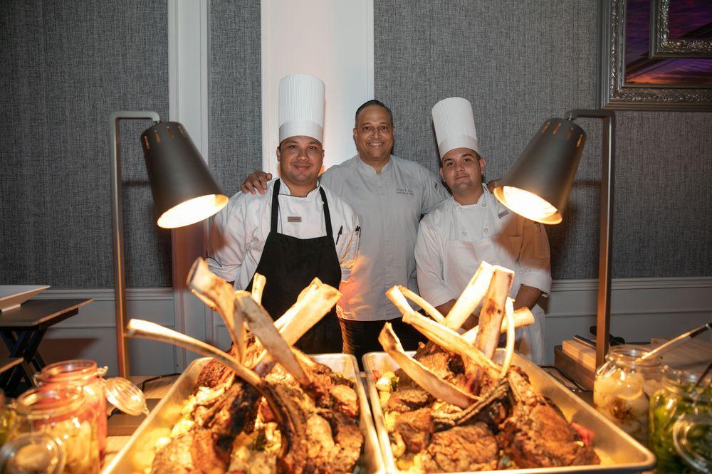 La propuesta gastronómica de la hospedería está dirigida por el chef ejecutivo Efraín Cruz. Cada uno de los restaurantes del hotel - PRIME 787, Nori y Water's Edge, junto al departamento de banquetes, hizo gala de sus platillos emblemáticos, tales como el filete Tomahawk con chimichurri. Foto suministrada