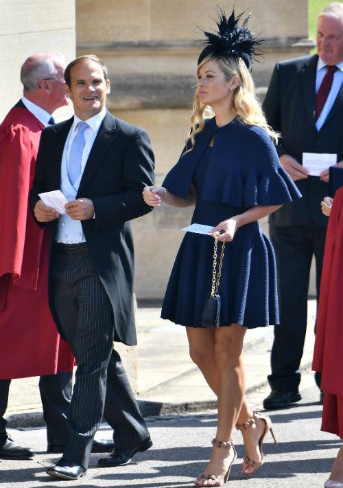 Chelsy Davi, exnovia del príncipe Harry asistió vestida de azul. (AP)