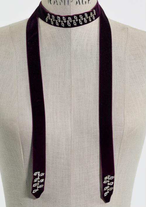 "Collar tipo ""choker"" color vino, $24.95, de Macy's. (Foto: Gerald López-Cepero)"