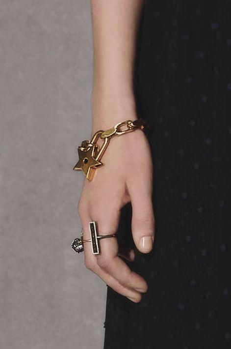 La pulsera con charms vuelve para darle un toque bien femenino y juvenil a tu muñeca. Christian Dior (WGSN)