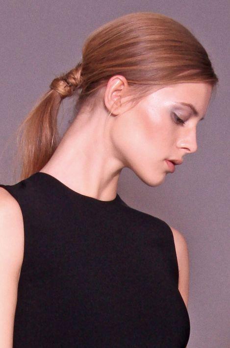 """El """"pony tail"""" sencillo en la parte baja de la nuca sigue siendo una alternativa para mujeres de todas las edades y todos los estilos. (Foto: WGSN)"""