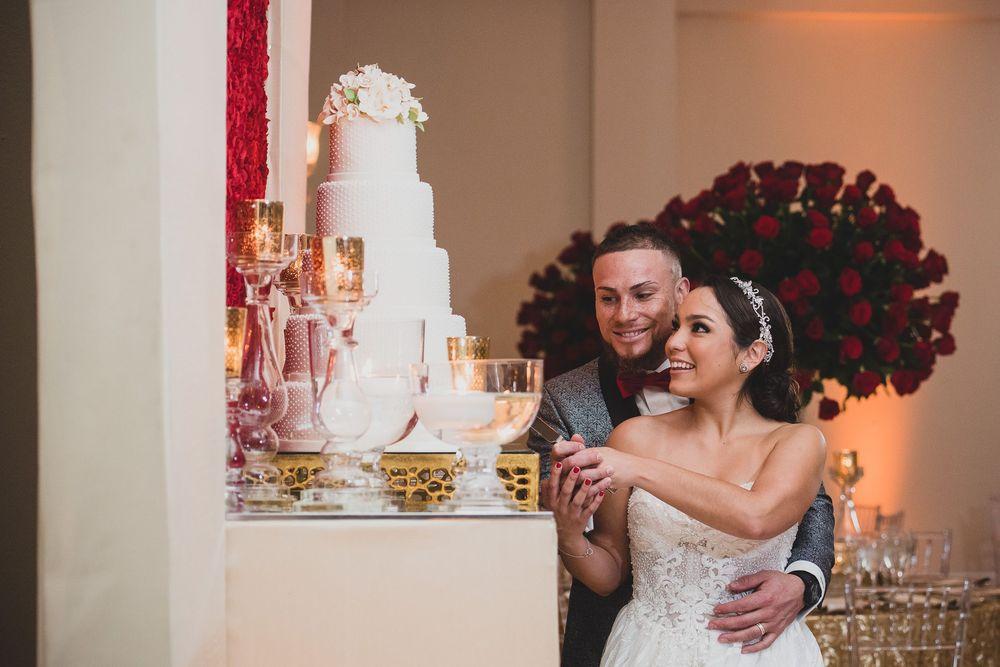 Christian Vázquez y Gabriela Otero cortando su bizcocho de boda de cuatro pisos confeccionado por Vanessa Caro.