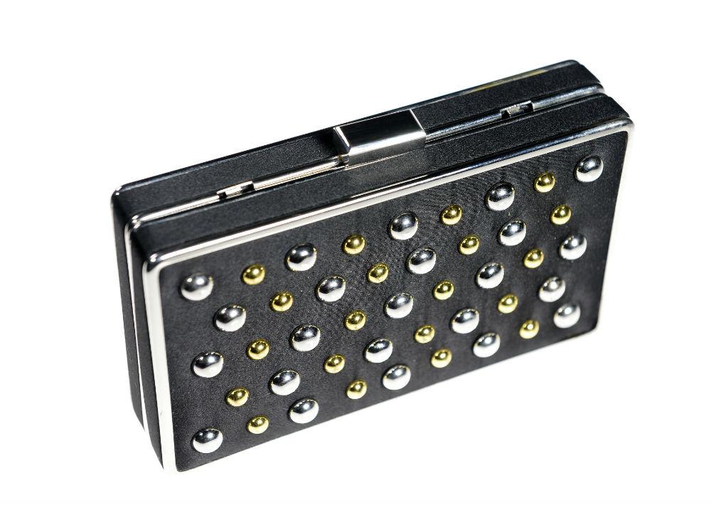 """Cartera estilo clutch negra con """"studs"""" dorados y plata, $29.99, de Roma. (Foto: Gerald López-Cepero)"""