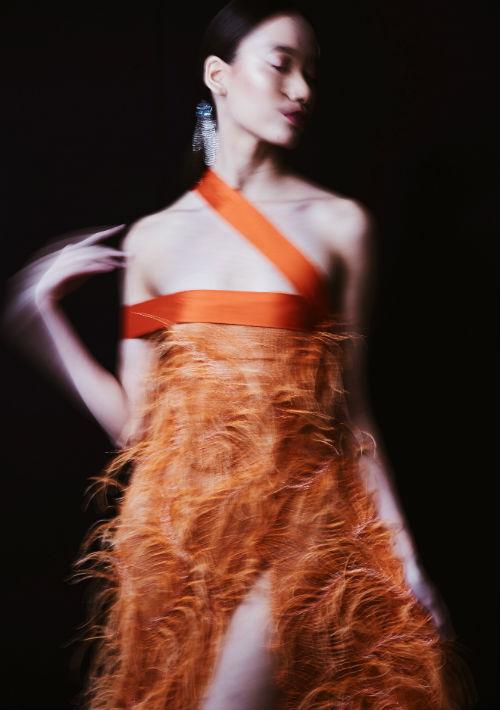 Las plumas y los detalles en pedrería abundaron entre los vestidos de la colección.  (Foto: Suministrada)