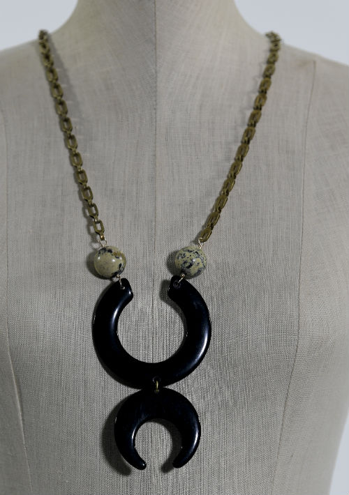 Collar en cuerno y cadena en bronce bohemio, $80, de Rafael Torrech Jewelry (rafaeltorrech@yahoo.com). (Foto: Gerald López-Cepero)