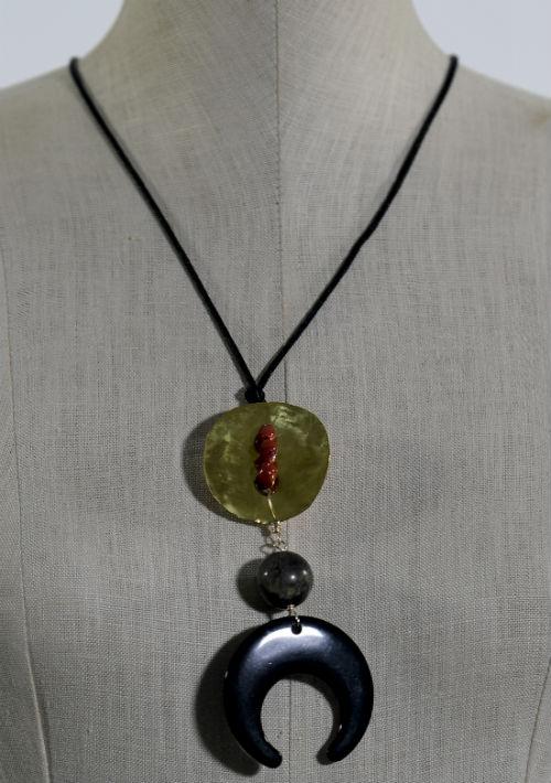 Collar ajustable en cuerno, coral, turquesa verde y bronce, $55, de Rafael Torrech Jewelry (rafaeltorrech@yahoo.com). (Foto: Gerald López-Cepero)