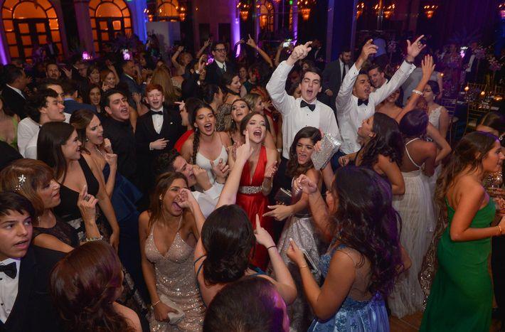 Los graduandos bailan en el Prom Night de la Commonwealth-Parkville School en el hotel Condado Vanderbilt.