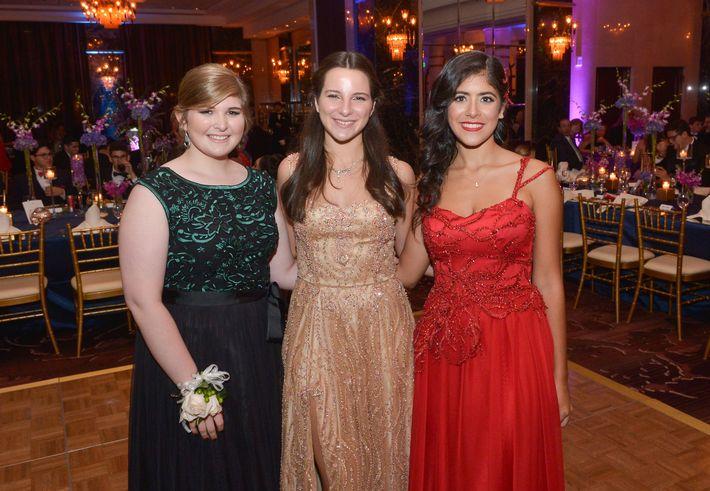 Ana Marazzi, Marysol Fernández e Isabel Zuñiga, en el Prom Night de la Commonwealth-Parkville School en el hotel Condado Vanderbilt.