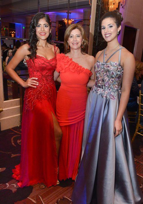 Isabel Zuñiga, Ninnette Matos y Verónica Socorro, en el Prom Night de la Commonwealth-Parkville School en el hotel Condado Vanderbilt.