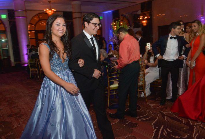 Marielena Melero desfila en el Prom Night de la Commonwealth-Parkville School en el hotel Condado Vanderbilt.