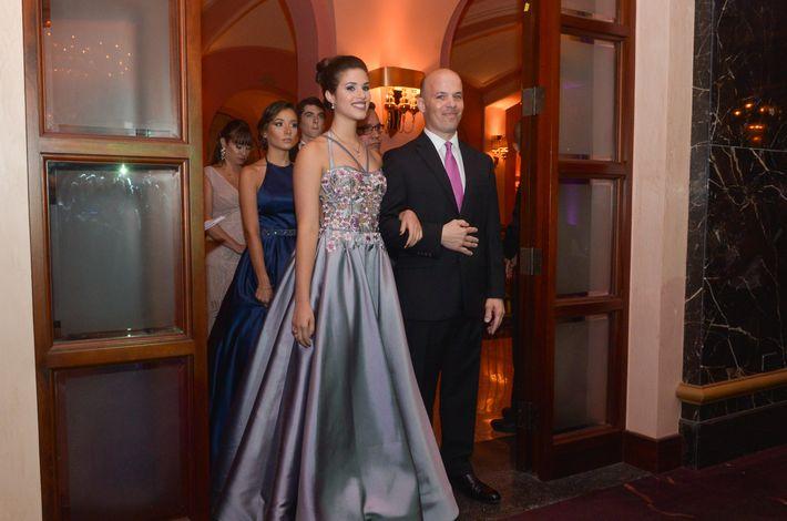 Verónica y Adolfo Socorro desfilan en el Prom Night de la Commonwealth-Parkville School en el hotel Condado Vanderbilt.