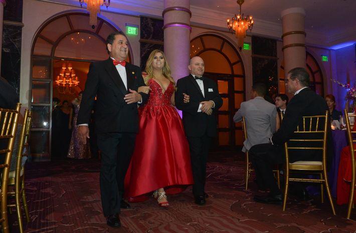 Bianca Flores desfila con sus tíos, Samuel Fernández y Juan Mateos en el Prom Night de la Commonwealth-Parkville School en el hotel Condado Vanderbilt.